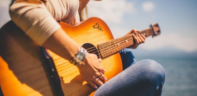 Stimmungsvolle Gitarrenlieder fürs Lagerfeuer